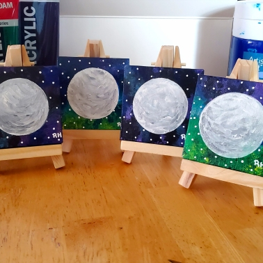 mini-moons-easels